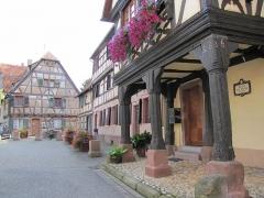 Maison - Français:   Alsace, Bas-Rhin, Bouxwiller, Maison de receveur, dite Kaufhaus et Waaghaus (1636), 26 place du Marché-aux-Grains (PA00084654, IA67009661).  Maison (1661), 23 place du Marché-aux-Grains (IA67009658).  Maison de receveur (1609), 24 place du Marché-aux-Grains (IA67009659).   Maison (1628), 25 place du Marché-aux-Grains ((IA67009660).