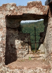 Ruines du château de Fleckenstein - English: Window, Fleckenstein castle near Lembach, Bas-Rhin department, France