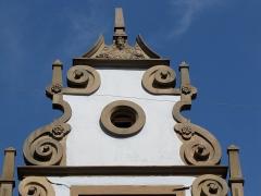Maison - Français:   Alsace, Bas-Rhin, Molsheim, Maison (1618), 1A et 1B rue de l\'Église (PA00084800, IA67006120). Pignon à volutes.