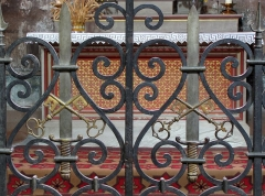 Ancienne abbaye bénédictine -  Alsace, Bas-Rhin, Neuwiller-lès-Saverne, Église abbatiale Saints-Pierre et Paul (PA00084820, IA67009917: Grille de chœur de la chapelle du croisillon nord aux armes du Chapitre (épée et 2 clés).