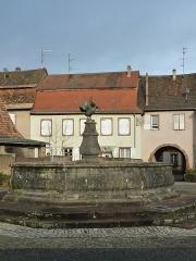 Fontaine du 18e siècle - Français:   Fontaine du 18e siècle, cour du Chapître, Neuwiller-lès-Saverne