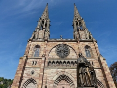 Eglise paroissiale Saint-Pierre-et-Paul -  Alsace, Bas-Rhin, Obernai, Église Saints-Pierre-et-Paul (PA00084850, IA00023930): Façade occidentale en contre-plongée, Statue de Monseigneur Freppel (1924).