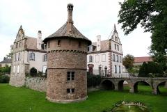 Château -  Alsace, Bas-Rhin, Osthoffen, Château (XVIe-XIXe) (PA00084877, IA67005654): pignons Renaissance, donjon (XIXe), douves et pont d'accès.