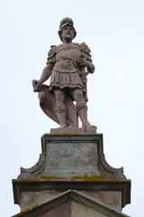 Château -  Alsace, Bas-Rhin, Osthoffen, Château (XVIe-XIXe) (PA00084877, IA67005654): statue de soldat sur le pignon est.