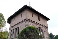 Château -  Alsace, Bas-Rhin, Osthoffen, Château (XVIe-XIXe) (PA00084877, IA67005654): donjon (XIXe) avec meurtrières, corbeaux et fenêtres néo-renaissance.