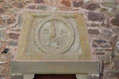 Château -  Alsace, Bas-Rhin, Osthoffen, Château (XVIe-XIXe) (PA00084877, IA67005654): linteau avec reliefs armoiries avec cimier des barons de Grouvel (XIXe).