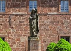 Monastère de Sainte-Odile, au Mont-Saint-Odile -  Alsace, Bas-Rhin, Ottrott, Couvent du Mont Sainte-Odile (PA00084884, IA00075612): Cloître, Statue de Sainte Odile.
