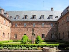 Monastère de Sainte-Odile, au Mont-Saint-Odile -  Alsace, Bas-Rhin, Ottrott, Couvent du Mont Sainte-Odile (PA00084884, IA00075612): Cloître avec la statue de Sainte Odile.