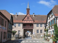 Remparts et quatre anciennes portes - This building is classé au titre des Monuments Historiques. It is indexed in the Base Mérimée, a database of architectural heritage maintained by the French Ministry of Culture,under the references PA00084917   and IA00075636 .