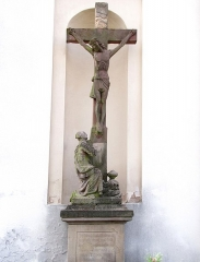 Eglise et calvaire situé devant la façade - This object is inscrit Monument Historique in the base Palissy, database of the French furniture patrimony of the French ministry of culture,under the referenceIM67007405.