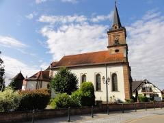 Eglise et calvaire situé devant la façade -  Alsace, Bas-Rhin, Rountzenheim, Église simultanée Sainte-Croix (PA00084919, IA00124039).