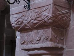 Ancienne église abbatiale -  Alsace, Bas-Rhin, Saint-Jean-Saverne, Église abbatiale Saint-Jean-Baptiste (PA00084921, IA00055618): Chapiteau roman de la nef.