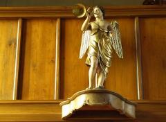 Eglise collégiale Saint-Blaise -  Alsace, Bas-Rhin, Sarrewerden, Église Saint-Barthélemy (ancienne Collégiale Saint-Blaise) (PA00084945, IA67005982): Statue d'ange musicien sur la galerie.