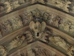 Eglise protestante Saint-Pierre-le-Jeune - Alsace, Bas-Rhin, Église protestante Saint-Pierre-le-Jeune de Strasbourg (PA00085030). Voussure du portail principal (XIXe): relief d'ange et de prophètes.