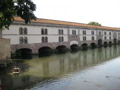 Grande écluse de fortification dite barrage Vauban et ses abords fortifiés - Français:   Barrage Vauban - rive droite (avant-poste, portions du mur fortifié), rive gauche (mur de jonction, bastion), écluse - parois du système fortifié de vannes d\'eau