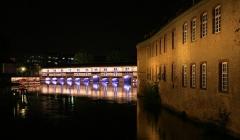 Grande écluse de fortification dite barrage Vauban et ses abords fortifiés -  Strasbourg nouvelle mise en lumière barrage Vauban 2012. Sur la droite, la Commanderie Saint Jean