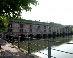Grande écluse de fortification dite barrage Vauban et ses abords fortifiés -  Le barrage Vauban, architecture militaire. The Barrage Vauban (Vauban weir) is a weir erected in the 17th century on the river Ill west of the