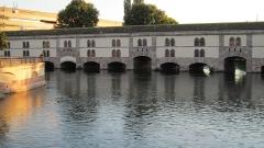 Grande écluse de fortification dite barrage Vauban et ses abords fortifiés - Français:   Vue du barrage Vauban depuis les ponts couverts dans le quartier de la Petite France, en septembre 2012.