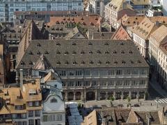 Ancien hôtel de ville dit Neue Bau, actuellement Hôtel de la Chambre de Commerce et d'Industrie de Strasbourg et du Bas-Rhin - This building is indexed in the Base Mérimée, a database of architectural heritage maintained by the French Ministry of Culture,under the reference PA00085050 .