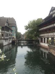 Maison des Tanneurs -  Strasbourg. Maison des tanneurs, à droite.