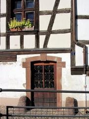 Immeuble - Français:   Porte du côté sud avec un cartouche daté de 1761 et indiquant le monogramme du propriétaire IDF (Johann Daniel Friedel). Source: dictionnaire des monuments historiques (La Nuée Bleue)