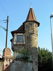Poste d'aiguillage S.N.C.F. - Français:   Construit en 1904, cet ancien poste d\'aiguillage est un des derniers à exister, avec celui de la rue de la Plaine des Bouchers.