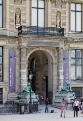 Banc-reposoir napoléonien -  Porte des Lions, Aile de Flore, Cour du Caroussel, Palais du Louvre, Ier arrondissement, Paris, France.