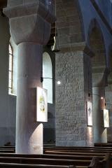 Ancienne collégiale Saint-Arbogast -  Alsace, Bas-Rhin, Surbourg, Abbatiale Saint-Jean-Baptiste (PA00085200, IA00119029): Arcades avec alternance de piliers carrés et de colonnes à chapiteaux cubiques.