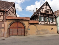 Maison - This building is inscrit au titre des monuments historiques de la France. It is indexed in the base Mérimée, a database of architectural heritage maintained by the French Ministry of Culture,under the references PA00085228   and IA67006286 .