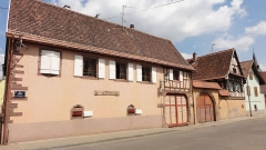 Maison - This building is inscrit au titre des monuments historiques de la France. It is indexed in the base Mérimée, a database of architectural heritage maintained by the French Ministry of Culture,under the references PA00085229   and IA67006286 .