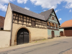 Maison - This building is inscrit au titre des monuments historiques de la France. It is indexed in the base Mérimée, a database of architectural heritage maintained by the French Ministry of Culture,under the references PA00085230   and IA67006294 .