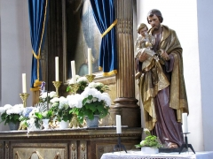 Eglise catholique Saint-Michel -  Alsace, Bas-Rhin, Weyersheim, Église Saint-Michel (PA00085235, IA00119652).    Statue de St Joseph et l'enfant (XIXe) devant l'autel secondaire de la Vierge (XVIIIe)