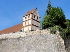 Eglise -  Alsace, Bas-Rhin, Willgottheim, Église Saint-Maurice (PA00085236, IA67001050): Clocher avec toit en bâtière; Mur de soutènement de l'église et de l'ancien cimetière.