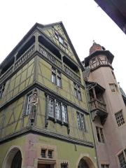 Maison - Français:   Colmar, 9 rue des Marchands. Maison Zum Kragen, 1419, avec poteau-cornier sculpté. Elévation et toiture ont été classées par les Monuments historiques en 1949.