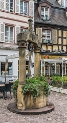 Puits datant de 1584 - English: Well on place des Dominicains in Colmar, Haut-Rhin, France