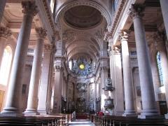 Abbaye - Alsace, Haut-Rhin, Église abbatiale Notre-Dame de Guebwiller (1768-1785), place Jeanne-d'Arc (PA00085438, IA00054832). Vue intérieure de la nef vers le chœur.