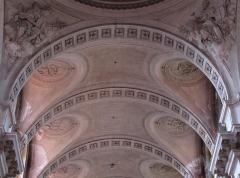 Abbaye - Français:   Alsace, Haut-Rhin, Église abbatiale Notre-Dame de Guebwiller (1768-1785), place Jeanne-d\'Arc (PA00085438, IA00054832).  Voûtes du chœur et arc triomphal, Reliefs \