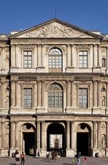 Monument du général Chérin avec les bornes et les chaînes qui l'entourent - English: Pavillon Saint-Germain-l'Auxerrois, Louvre Museum, Paris, France.