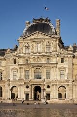 Monument du général Chérin avec les bornes et les chaînes qui l'entourent - English: Pavillon Sully, Louvre Museum, Paris, France.