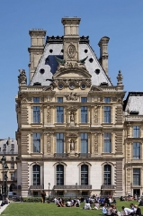 Monument du général Chérin avec les bornes et les chaînes qui l'entourent - English: Pavillon de Marsan, Louvre Museum, Paris, France.