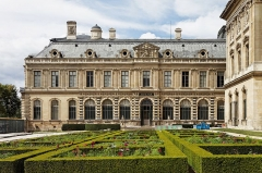 Monument du général Chérin avec les bornes et les chaînes qui l'entourent - Le palais du Louvre à Paris.