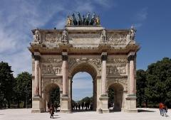 Monument du général Chérin avec les bornes et les chaînes qui l'entourent -  L'arc de triomphe du Carrousel dans le jardin des Tuileries.