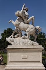 Monument du général Chérin avec les bornes et les chaînes qui l'entourent -  Une statue dans le jardin des Tuileries à Paris. Laurent Honoré Marqueste - Le centaure Nessus enlevant Déjanire.