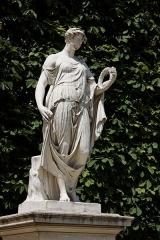 Monument du général Chérin avec les bornes et les chaînes qui l'entourent -  Une statue dans le jardin des Tuileries à Paris. Antoine André - Flore Farnèse.