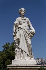 Monument du général Chérin avec les bornes et les chaînes qui l'entourent -  Une statue dans le jardin des Tuileries à Paris. Julien Toussaint Roux - La Comédie.