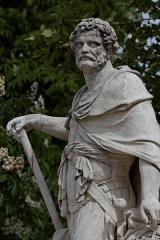 Monument du général Chérin avec les bornes et les chaînes qui l'entourent -  La statue d'Hannibal dans le jardin des Tuileries à Paris.