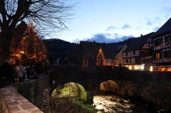 Pont sur la Weiss et sa chapelle - English:  Bridge over the Weiss in Kaysersberg in Christmas illumination; Haut-Rhin, France.