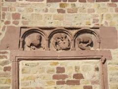Eglise catholique Saint-Jean-Baptiste - Alsace, Haut-Rhin, Collégiale Saints-Michel et Gangolphe de Lautenbach (PA00085503, IA00054819). Reliefs romans dans la façade sud: Samson entouré de lions.