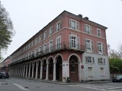 Immeubles bordant le square de la Bourse - Français:   Mulhouse (Haut-Rhin): angle de l\'avenue du Maréchal-Joffre et de la rue de la Bourse, immeuble inscrit aux MH en 1986