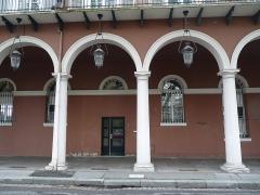 Immeubles bordant le square de la Bourse - Français:   Mulhouse (Haut-Rhin): n° 8, avenue du Maréchal-Joffre, immeuble inscrit aux MH en 1986